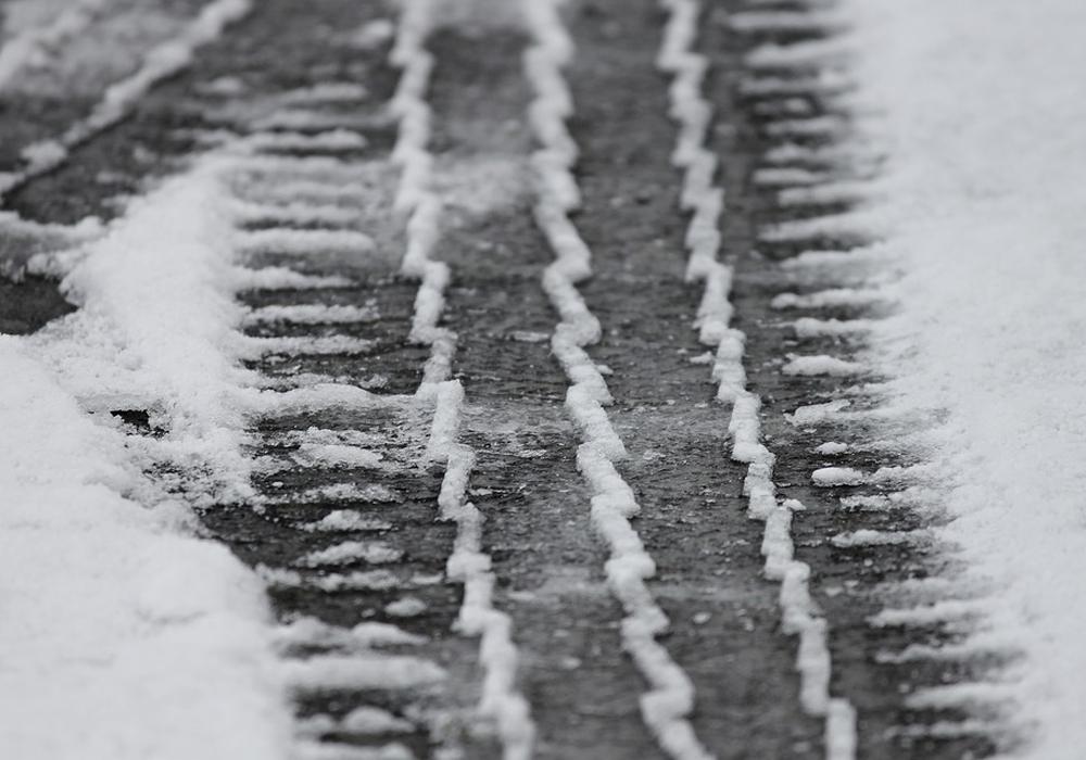 Reifenspuren winter schnee glätte winterdienst, symbolbild: Pixabay
