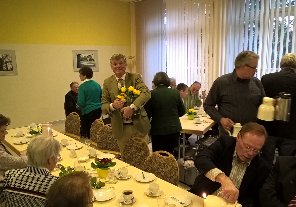 Bürgermeister Alexander von Veltheim verteilt Blumen beim Jahresempfang. Foto: Margit Richert