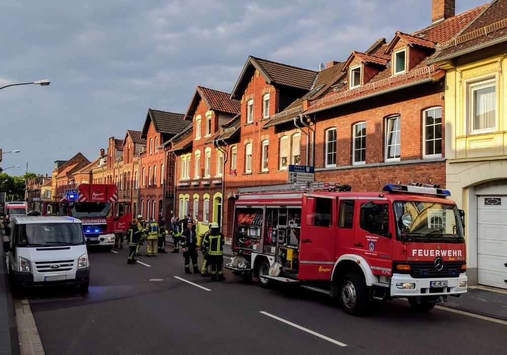 Der Küchenbrand in der Leuckartstraße sorgte dafür, dass das gesamte Haus verqualmt wurde. Foto: Alexander Weis / Feuerwehr Helmstedt
