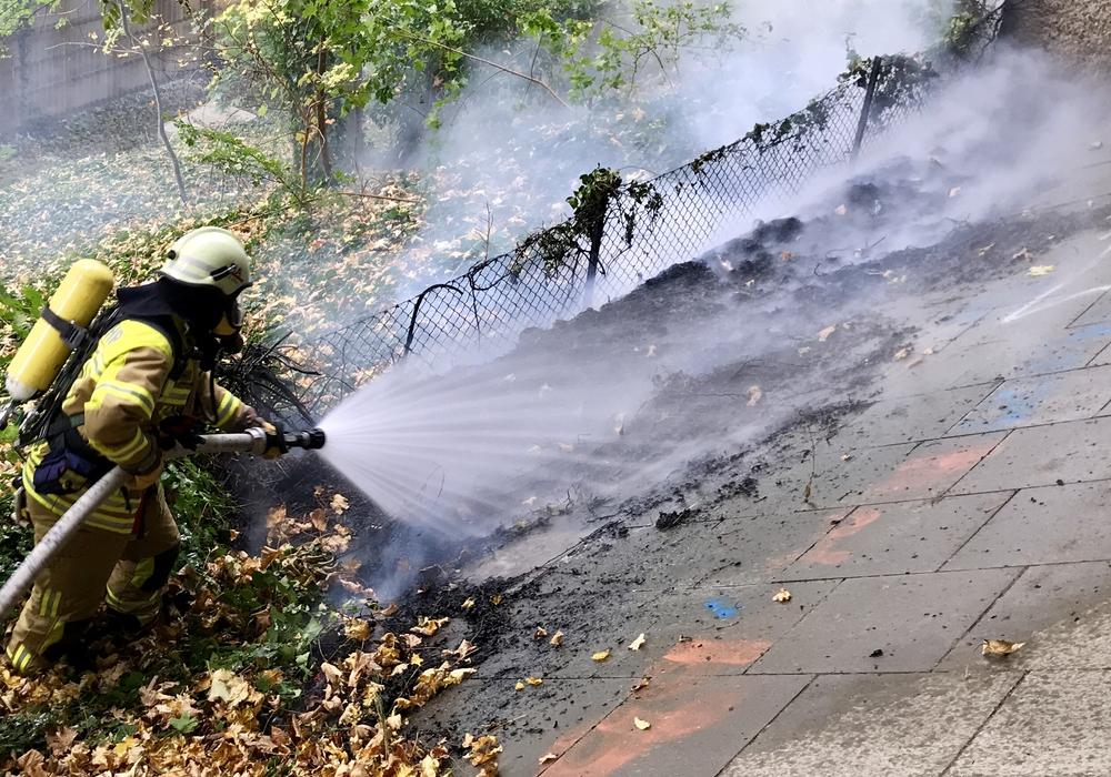 Einsatzkräfte unter Atemschutz hatten den Brand (mit einem C-Rohr) schnell unter Kontrolle. Foto: Feuerwehr Bad Harzburg