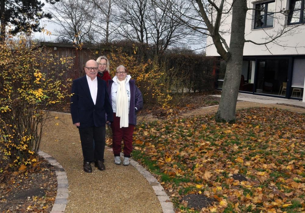 Anja Schildener (Mitte) dreht zusammen mit den Bewohnern Hans-Dieter (links) und Sonja die erste Runde im Sinnesgarten vor dem Lebenshilfe-Wohnheim. Foto: Lebenshilfe