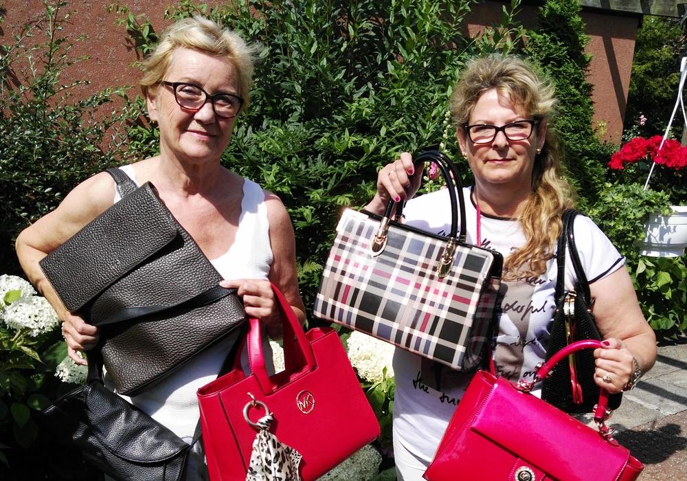 Marina Kozinowski (l.) und Gabriele Otto vom Vorstand der Frauen Union haben bereits einige Spenden für den Handtaschenflohmarkt am 5. August erhalten. Foto: CDU
