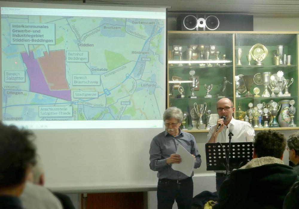 Klaus Werner und Niels Salveter von der BIBS zeigen das geplante Gewerbegebiet. Foto: Alexander Panknin