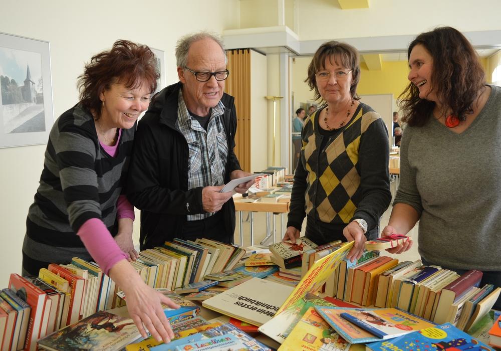 Iris Hellwig, Rüdiger Haar, Christa Haar, Claudia von der Heyden-Rynsch haben im letzten Jahr die Bücherberge in Veltheim sortiert. Foto: Privat