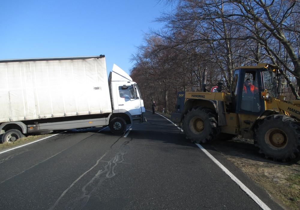 Der LKW rutsche in den Graben. Foto: Polizei