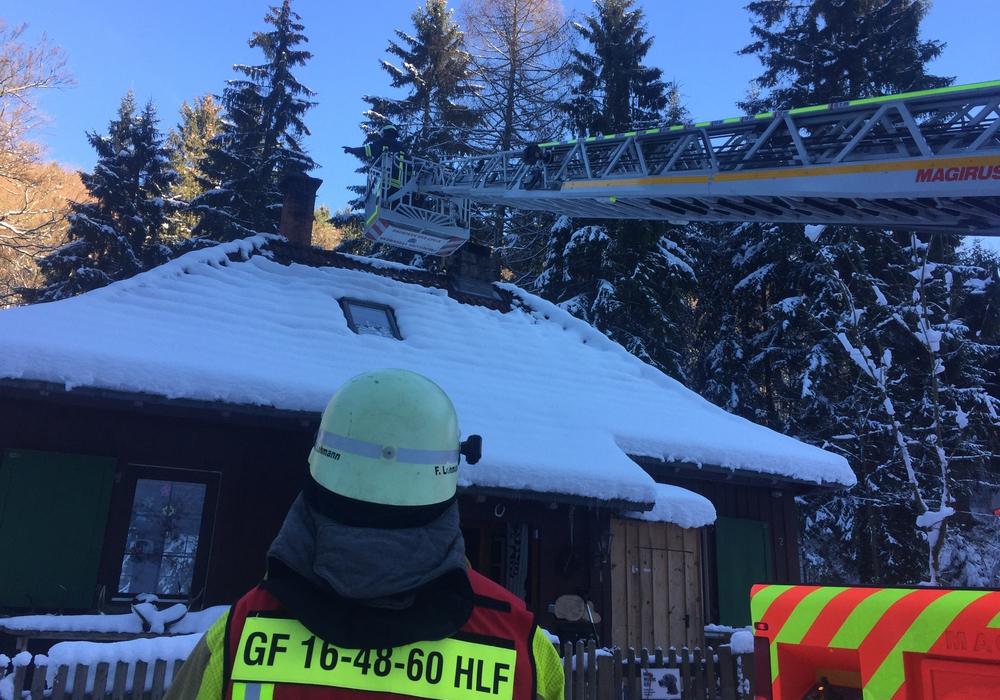 Ein Schornsteinfeger musste eingreifen. Er kehrte den Schornstein von oben. Foto: Feuerwehr