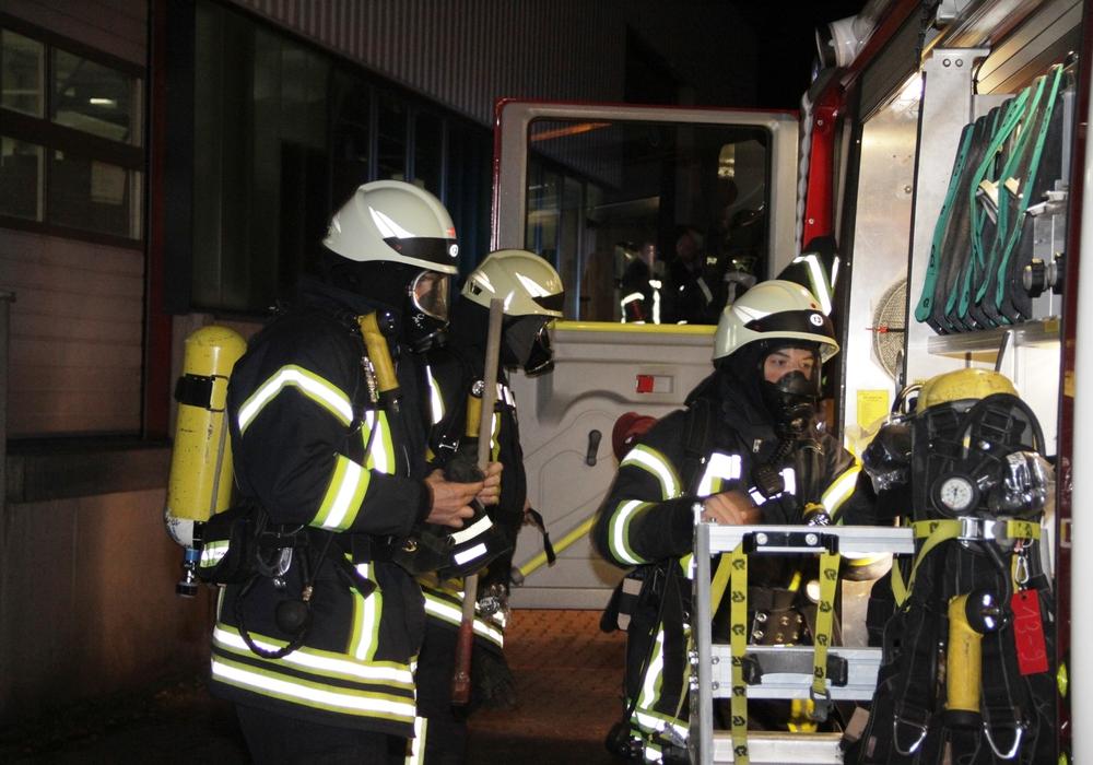 Vorbereitung zum Innenangriff-Fahrzeugentnahme der Ausrüstung. Fotos: Feuerwehr Goslar