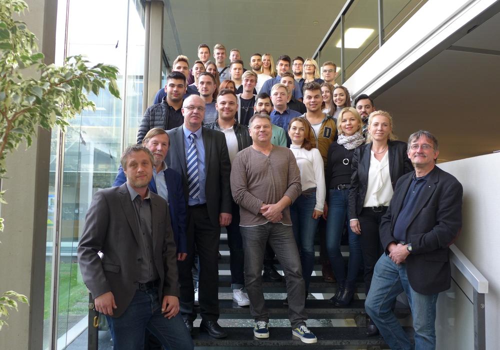 Bürgermeister Marcel Bürger (links unten) begrüßte die Auszubildende und Ausbilder der Volkswagen AG im Rathaus. Foto: Stadt Salzgitter