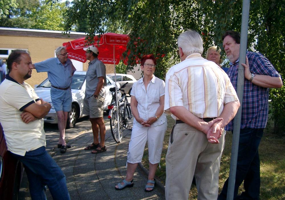 Der SPD-Ortsverein Auguststadt/Weiße Schanze war am Freitag, mit einem Infostand in der Ringstraße vor Ort. Foto: SPD