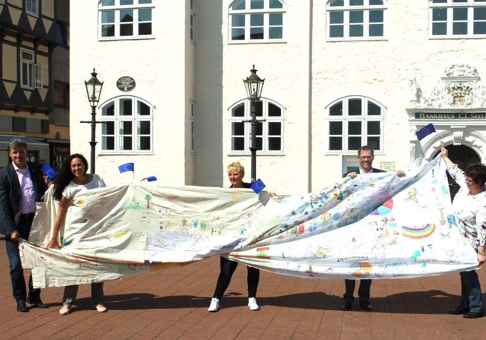 Stadtrat Thorsten Drahn, Andrea Freier, Annette Goslar, Erster Stadtrat Knut Foraita und Stefanie Riemenschneider werben für die Pulse of Europe-Aktion am 4. Mai. Foto: Alexander Dontscheff