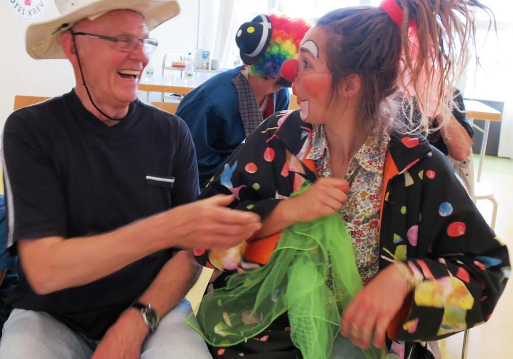 Gleich drei Clowns aus der Wolfenbütteler Clownswohnung statteten der Sommerbetreuungswoche für Kinder mit Behinderungen und der Betreuungsgruppe für demenzielle Erkrankungen einen Besuch ab. Foto: ITZ Wolfenbüttel