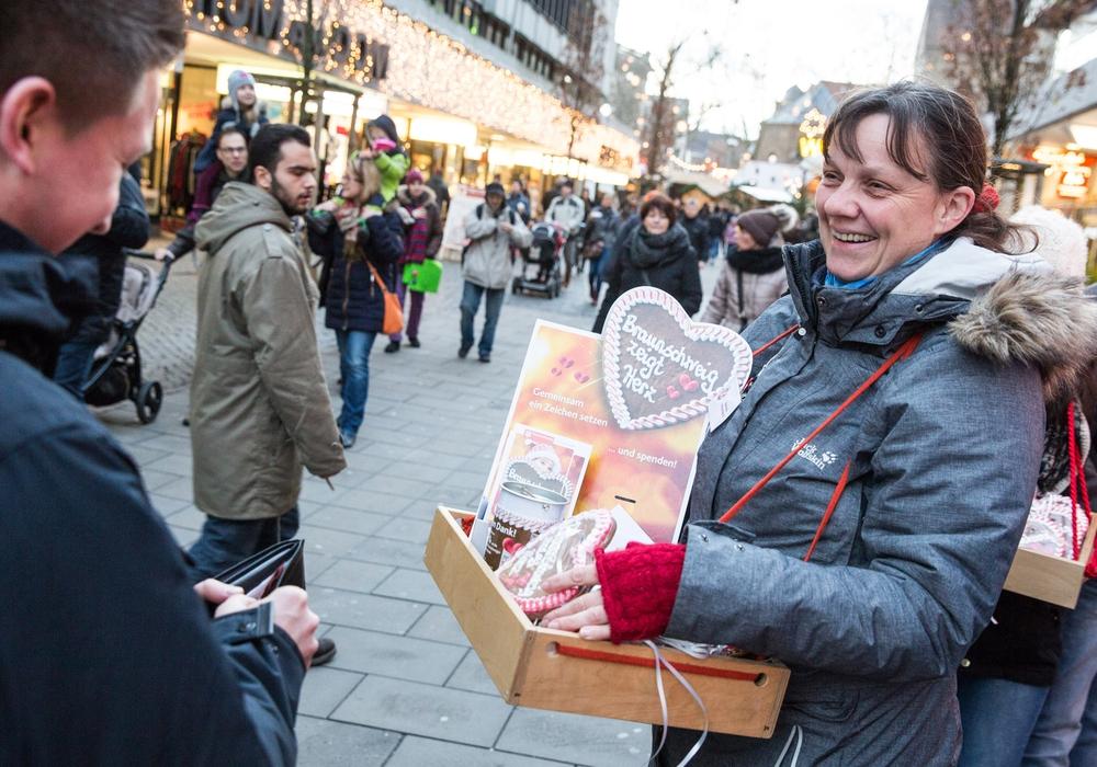 Rund 2.500 Lebkuchenherzen wechselten am vergangenen Samstag gegen eine Spende den Besitzer (Foto: Braunschweig Stadtmarketing GmbH / Marek Kruszewski)