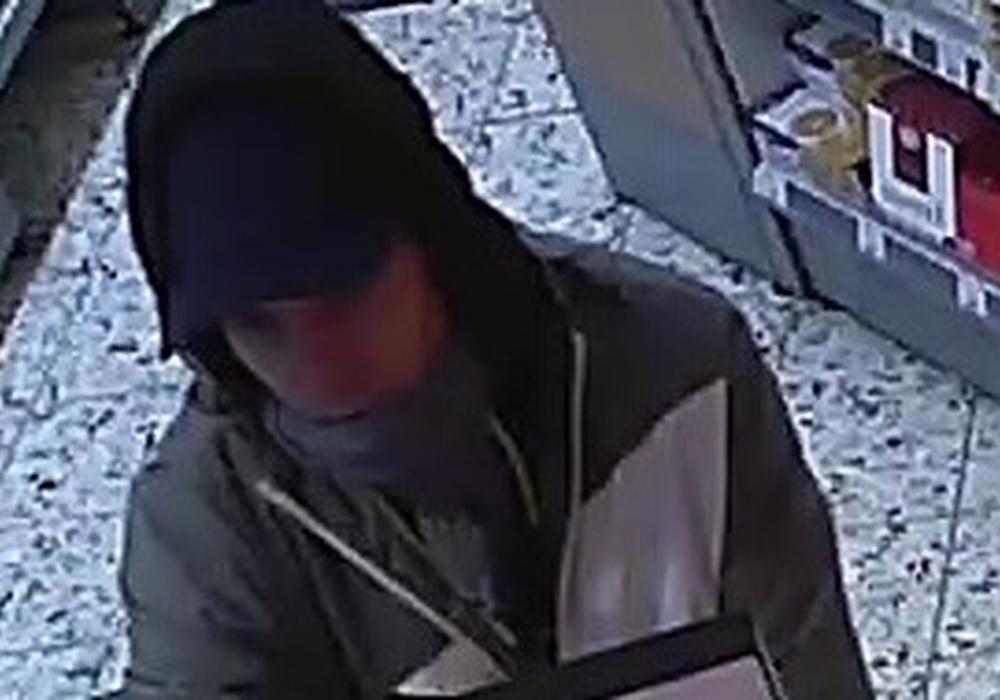 Der Täter wird jetzt mit einem Foto aus der Überwachungskamera gesucht. Fotos: Polizei
