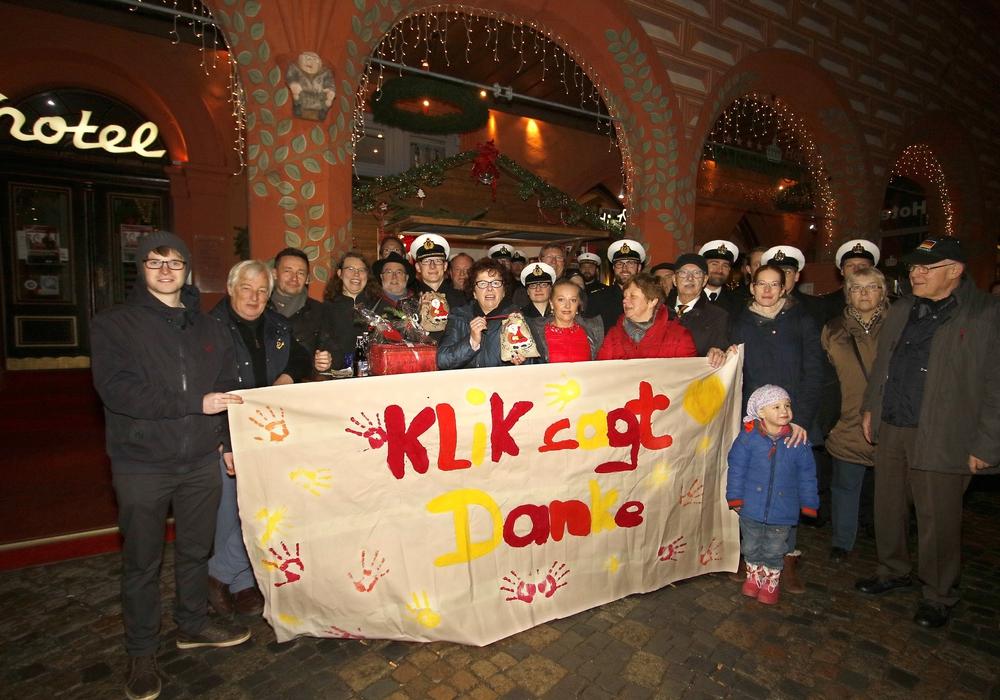 Glühweinverkäufer, Helfer, Spender, Spendenempfänger und Bürgermeisterin Renate Lucksch freuen sich über die gelungene Aktion. Foto: Uwe Epping