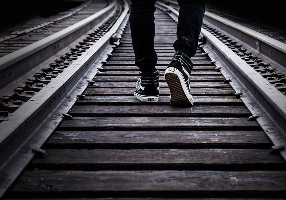 Der Mann hat den nahenden Zug vermutlich nicht kommen sehen. Symbolfoto: pixabay