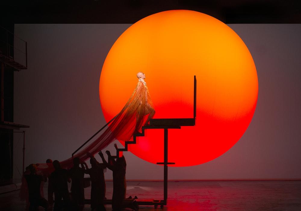 Szene aus Akhnaten. Foto: Richard Hubert Smith/English National Opera