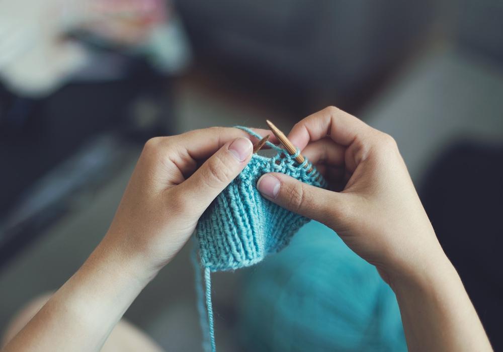 Auch Stricken kann in einem der Kurse gelernt werden. Symbolbild: Pixabay