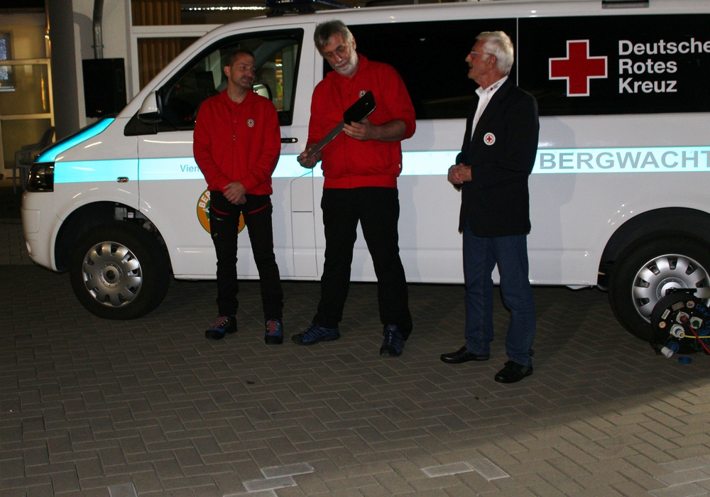 Der erste Vorsitzende Klaus Philipp übergibt einen symbolischen Schlüssel an Bereitschaftsleiter Wolfgang Hohmann, der diesen an den Leiter der Bergwachtgruppe Sascha Sommer (links) weiter gibt. Fotos: Timo Pischke\DRK Kreisverband Goslar e.V.