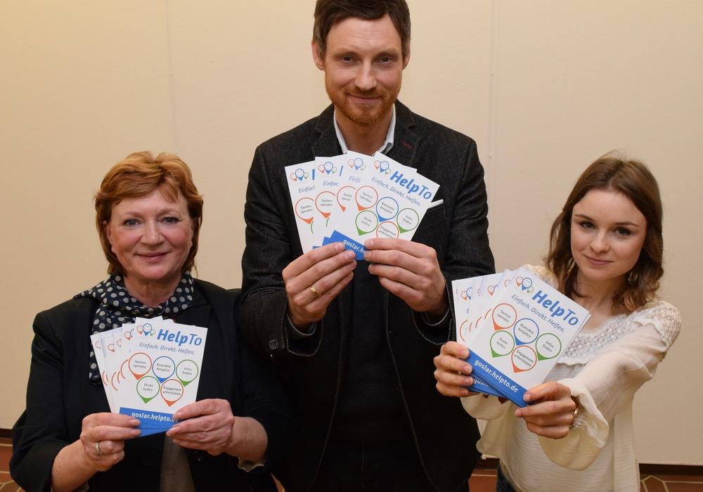 Galina Gerhart (von links), Sven Busse und Jana Wodicka werben mit Flyern für das neue Portal goslar.helpto.de. Foto: Stadt Goslar