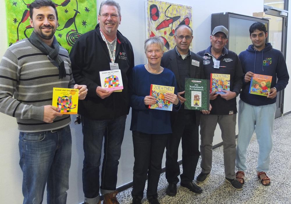 Christiane Wagner-Judith bei der Übergabe der ersten Kinderbücher an Kai Schwarz (2. von links). Foto: Privat