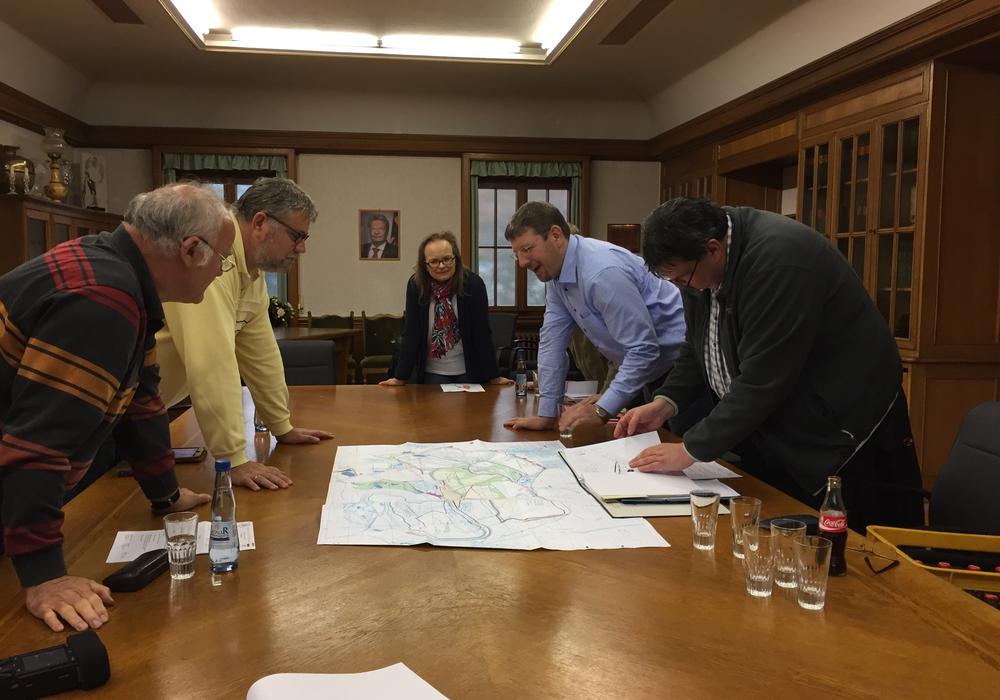 In die Pläne vertieft diskutieren die Ausschussmitglieder über den Ankauf. Foto: Sandra Zecchino