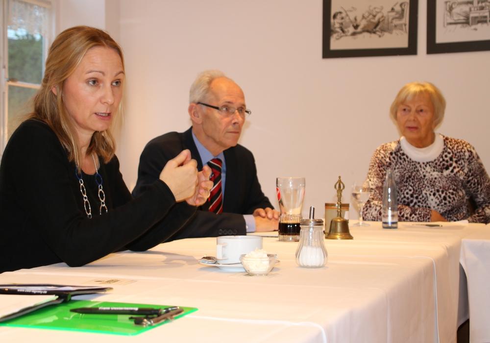 Martina Shermann (links) informiert die CDU Senioren. Weiter im Bild Bernhard Ehlers (Schatzmeister) und Kathrin Pape (Schriftführerin). Foto: CDU