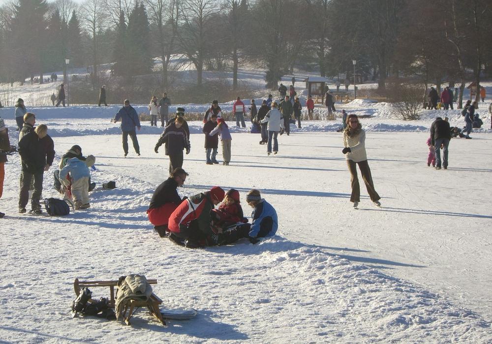 Pünktlich zum Wochenende (Freitag, späten Vormittag), lädt der ausreichend zugefrorene kleine Kranicher Teich nach Hahnenklee ein. Foto: HAHNENKLEE tourismus marketing GmbH