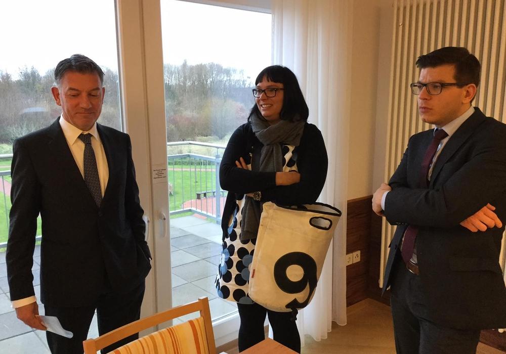 Frank Steinhoff, Geschäftsführer der Einrichtung, erläuterte den Landtagsabgeordneten Sylvia Bruns und Björn Försterling (v. l. n. r.) das Konzept seines Hauses. Foto: Friedo Terfort