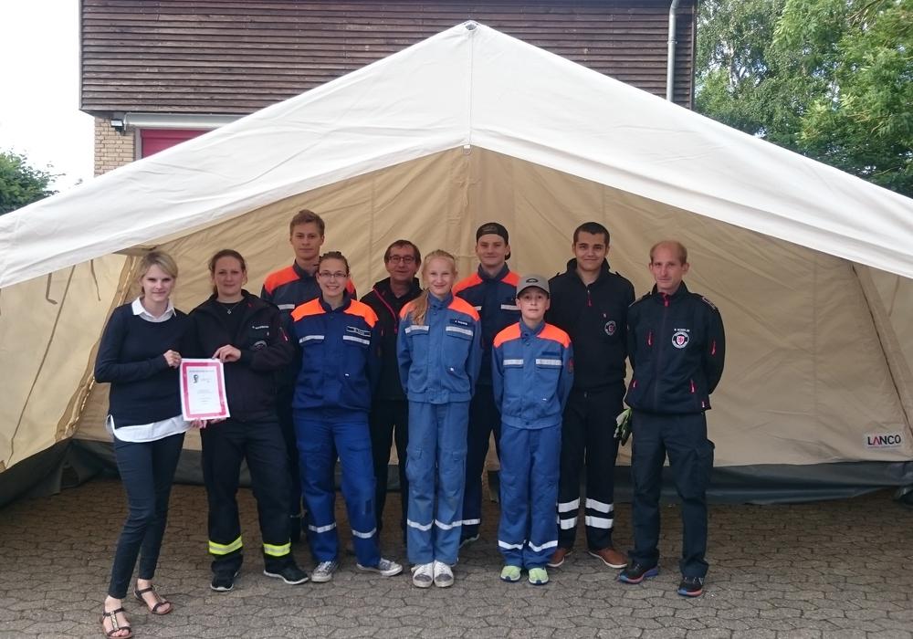 Die Scheckübergabe fand bereits vor dem neuen Zelt statt. Foto: Ortsfeuerwehr Dibbesdorf
