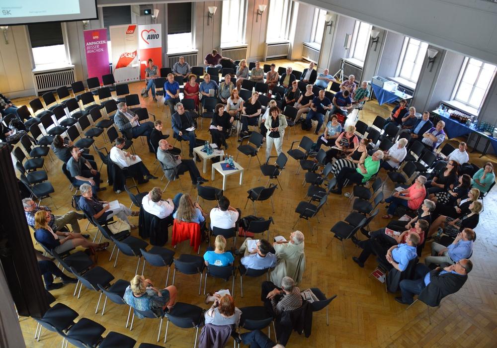 Rund 80 Gäste folgten der Einladung und diskutierten, moderiert von Hans Stallmach (NDR). Foto: AWO