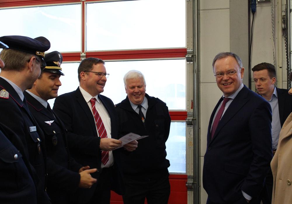 Jürgen Frohme (Mitte), Ortsbrandmeister der Feuerwehr Schöppenstedt, führte Marcus Bosse und Stephan Weil durch die zwölf Jahre alte Wache. Foto: Nick Wenkel