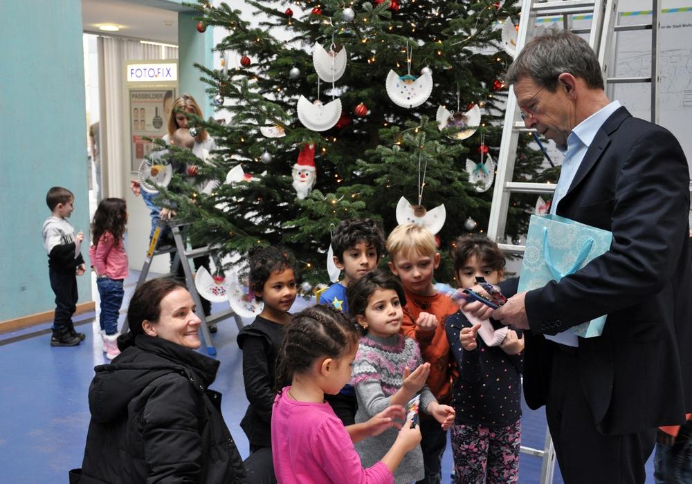 Belohnung nach getaner Arbeit: Oberbürgermeister Klaus Mohrs verteilt Schokolollies zum Dank an die fleißigen Kinder. Foto: Stadt Wolfsburg