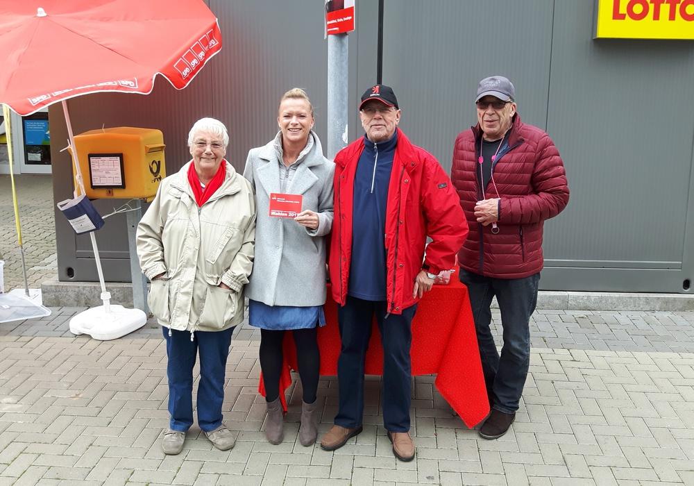 Dunja Kreiser statte mit Hiltrud Bayer,Horst Höfken und Arnd Stöckmanndem die Außenstelle der Lebenshilfe Helmstedt-Wolfenbüttel in Fümmelse einen Besuch ab. Foto: Neumann
