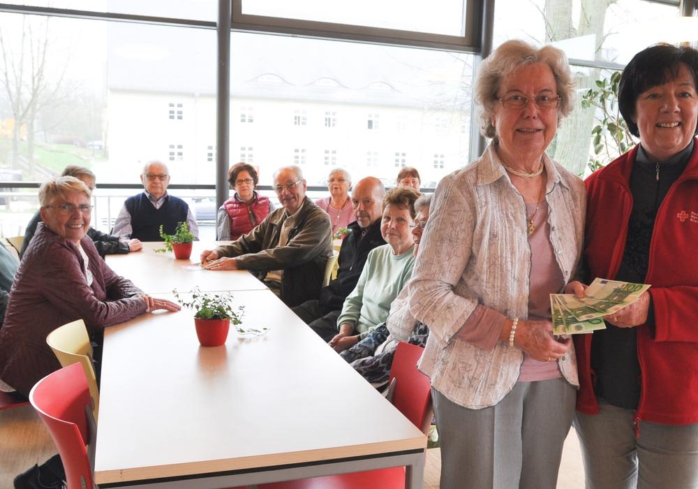 Erdmuth Queißer (stehend, links) und die Mitglieder des DRK-Ortsvereins Groß Denkte überreichen 500 Euro an Juliane Liersch. Foto: DRK