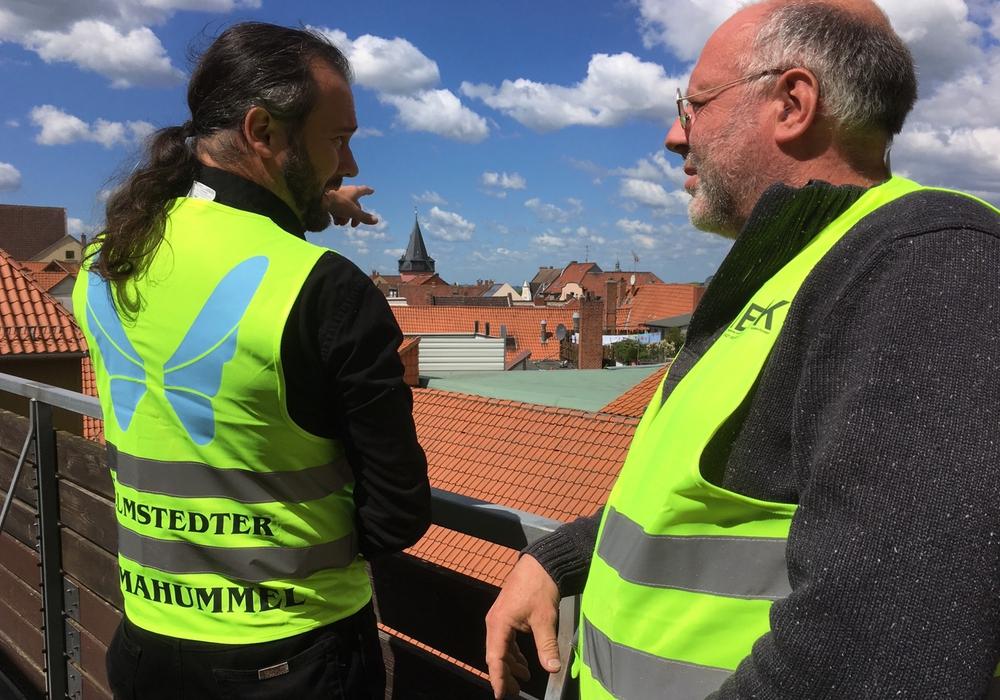 Die städtischen Mitarbeiter Jan Büchsenschuß (li.) und Andreas Bittner machen sich mit auffälligen Westen auf in die Wohngebiete, die für die energetische Sanierung vorgesehen sind. Foto: Stadt Helmstedt