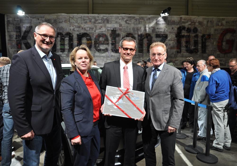 Im Rahmen der Betriebsversammlung wurde Werkleiter Thorsten Jablonski (2.v.r.) vom Betriebsratsvorsitzenden Uwe Fritsch (1. v. r), Personalleiterin Dr. Katrin Goldhorn (3.v.r) und dem stellvertretenden Betriebsratsvorsitzenden Mathias Möreke (1. v.l.) verabschiedet. Foto: Volkswagen Braunschweig