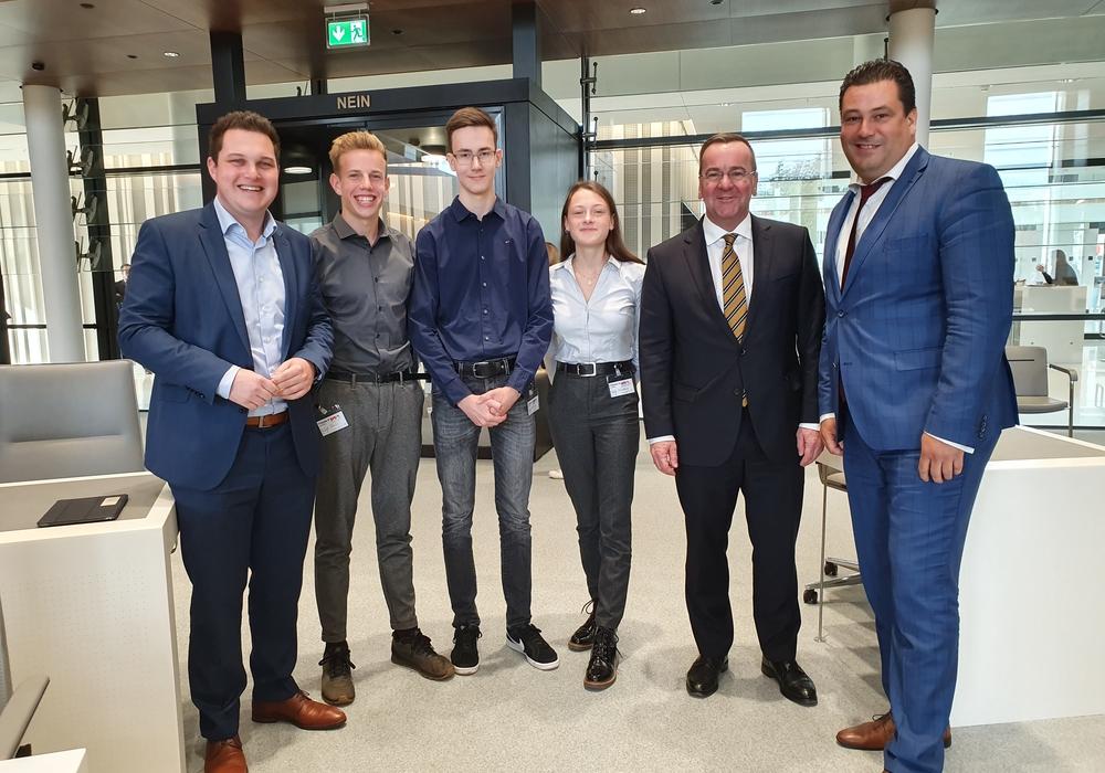Von links: Philipp Raulfs (MdL), Hinrich Aust, Mark Bialas, Zoe Rausch, Boris Pistorius (Innenminister) und Tobias Heilmann (MdL). Foto: Wahlkreisbüro Philipp Raulfs