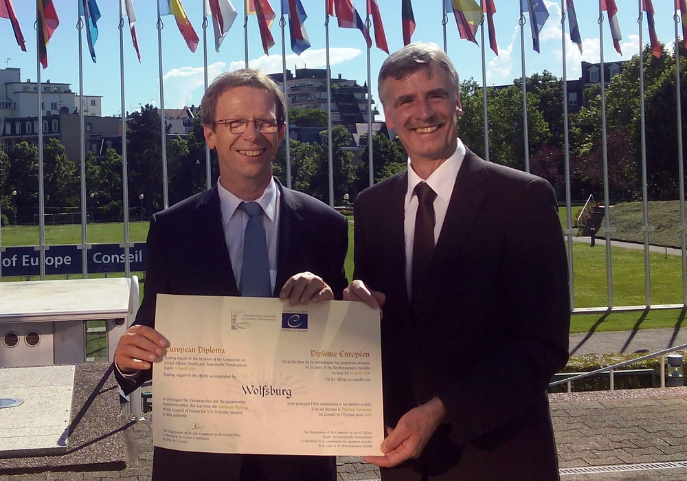 Oberbürgermeister Klaus Mohrs und Manfred Hüller (Leiter des Referates Repräsentation, Internationale Beziehungen) mit dem Europadiplom. Foto: Stadt Wolfsburg