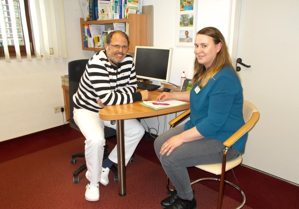 Andreas Altrock (Vorsitzender Ärzteverein Peine) und Carina Schürmann (Praxismanagerin Klinikum Peine). Foto: AKH-Gruppe
