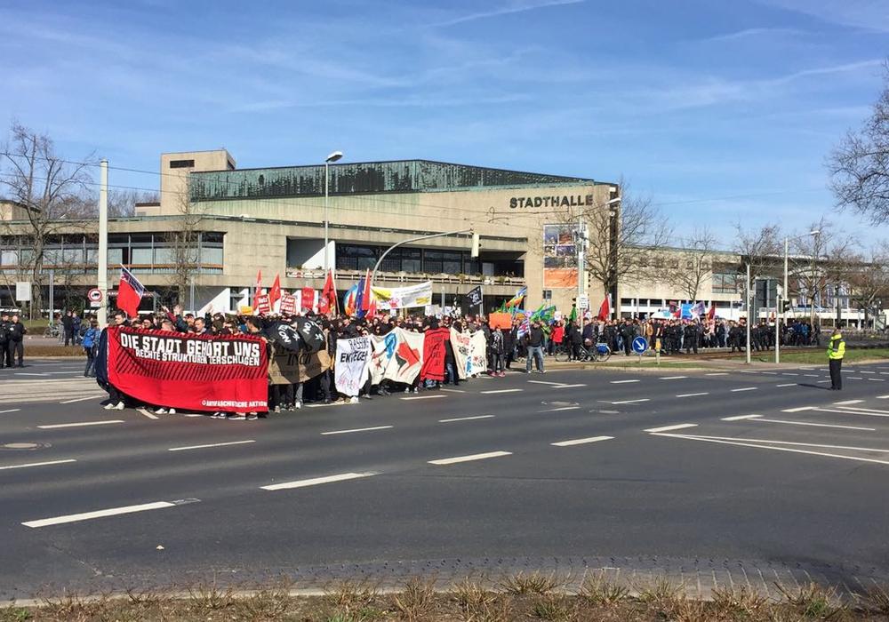 Hunderte Teilnehmer versammelten sich vor der Stadthalle. Fotos/Videos: Sandra Zecchino