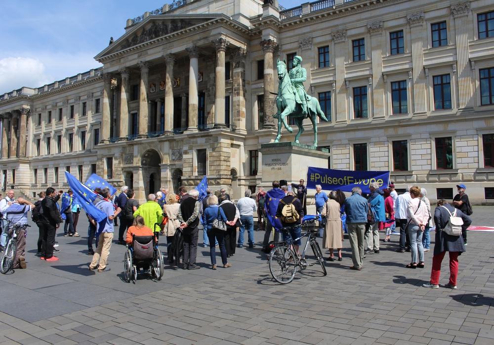 Gut 50 Europafreunde hatten sich am Pfingstsonntag auf dem Schlossplatz eingefunden. Fotos/Video/Ton: Alexander Dontscheff