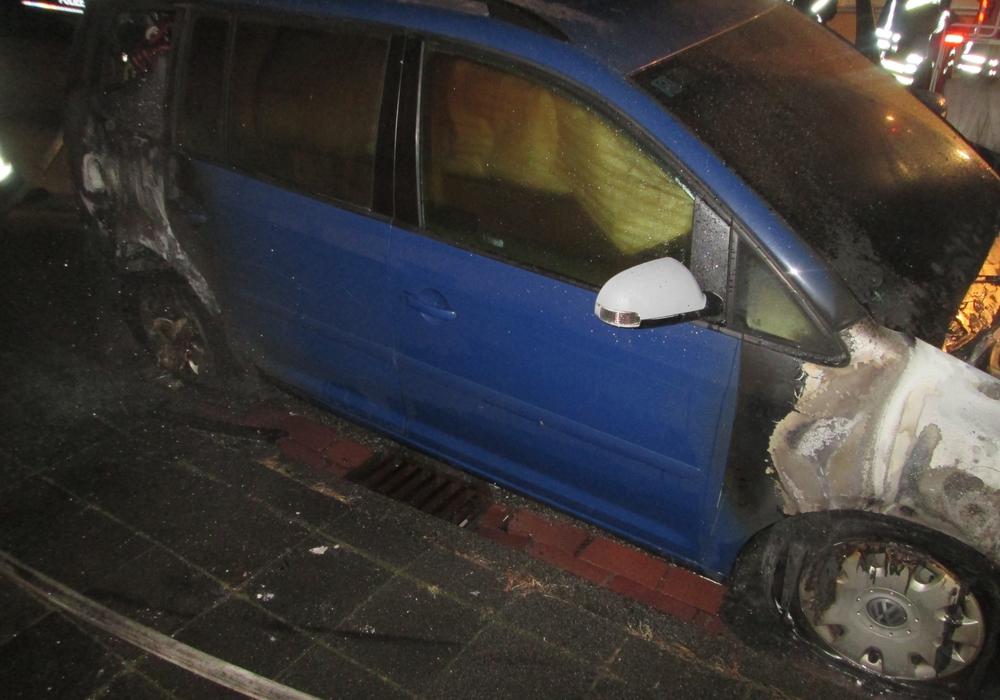 Heute Nacht war es ein VW Touran, der einem Feuer zum Opfer fiel. Foto: Polizei Wolfsburg/Helmstedt
