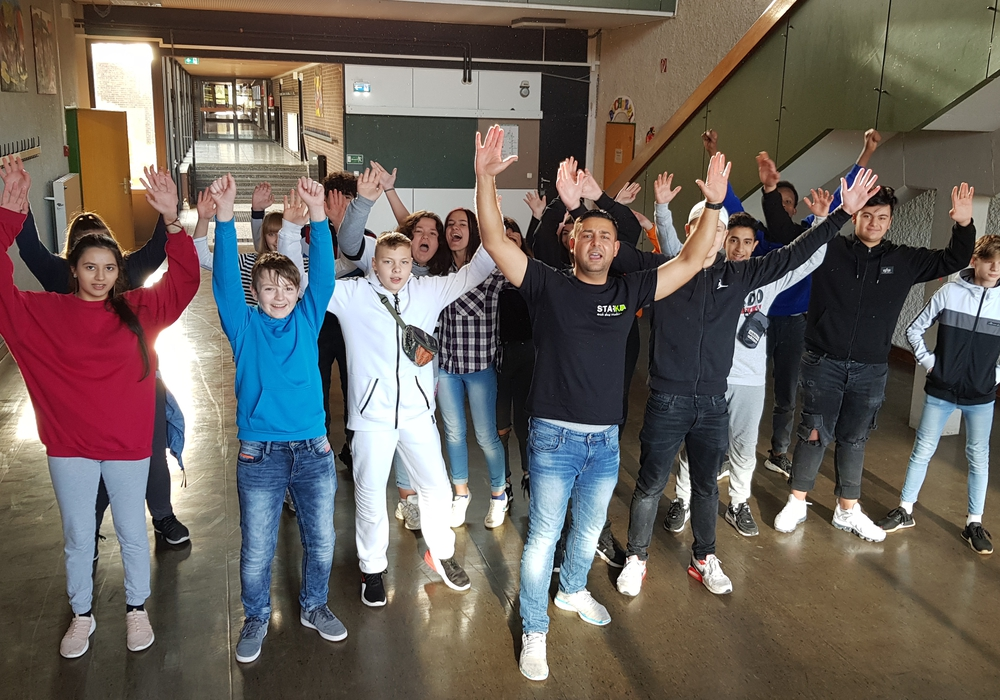 """""""Stark ohne Muckis"""" sind die Schüler der Klassen 7c und 7d der HRS Königslutter nun dank Mustafa Rast. Foto: Haupt- und Realschule Königslutter"""