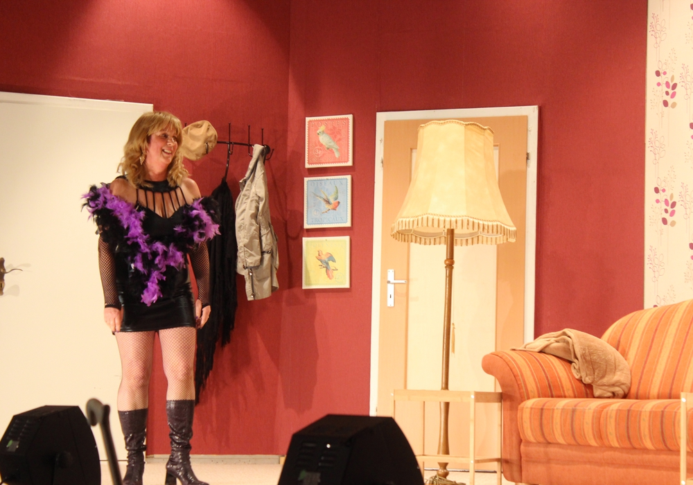 """Während der Premiere zu  """"Suche Putzfrau – biete Schwiegermutter"""" stürzte Carmen Ryll auf der Bühne. Die Darstellerin befindet sich aber schon wieder auf dem Weg der Besserung. Foto: Anke Donner"""