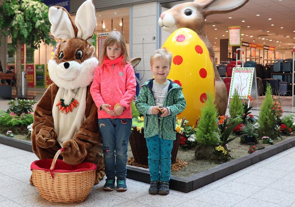 Die Kinder konnten sich bei dem Osterhasen goldene Schokotaler abholen. Fotos: Julia Seidel