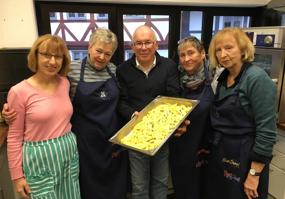 Das Kochteam sowie die Kiste mit kleinen Präsenten, die großen Anklang fanden. Foto: Privat