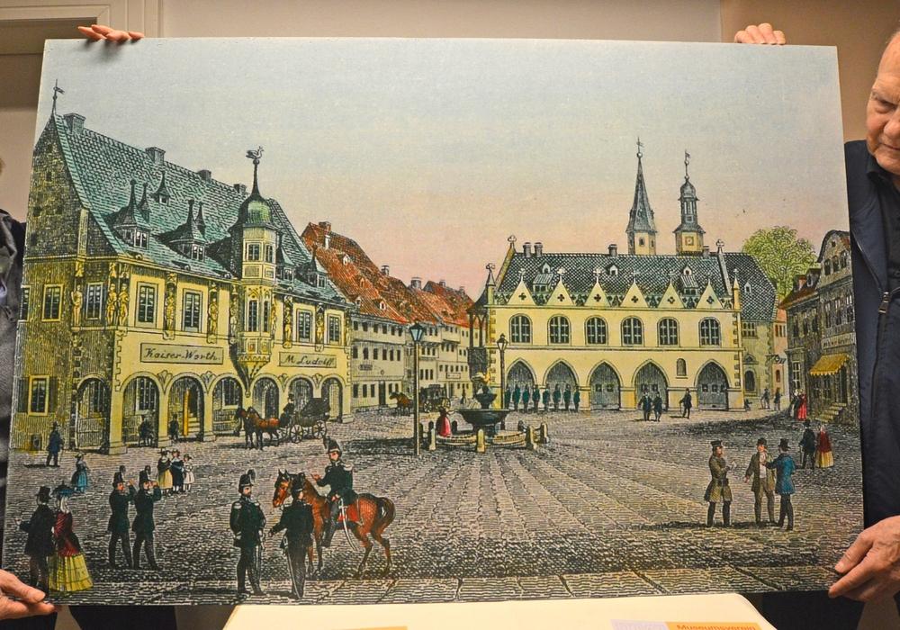 Ursula und Jörg-Utz Hapke vom Museumsverein Goslar zeigen eine colorierte und stark vergrößerte Zeichnung vom Goslarer Marktplatz aus der Feder von Wilhelm Ripe. Foto: Museumsverein Goslar e.V.