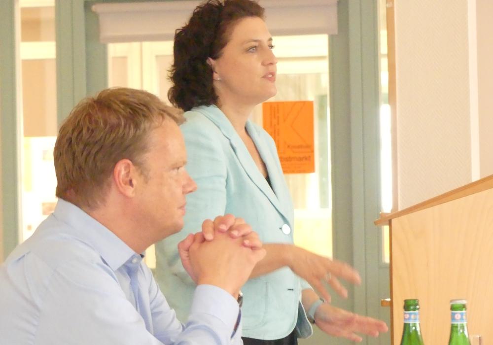 Christoph Bratmann und Dr. Carola Reimann diskutierten mit Interessierten über das Wohnen im Alter. Foto: Christoph Bratmann