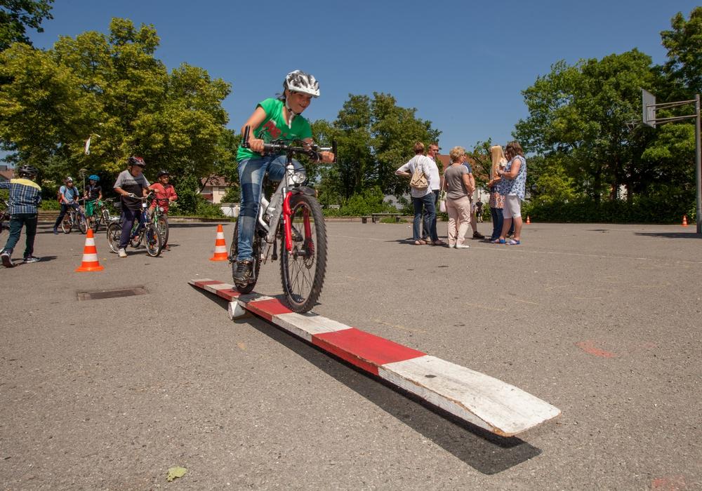 Fahrübungen auf dem Schulhof: 18 Flüchtlingskinder nahmen am Kurs unter der Leitung von Danilo Conti teil und übten sich im sicheren Fahrradfahren. Foto: Alec Pein