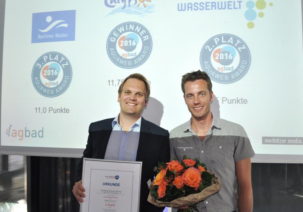 Christoph Schlupkothen (links) und Fabian Neubert bei der Verleihung des AQUAWEB-Awards. Foto: Köln Bäder GmbH / Achim Fischer